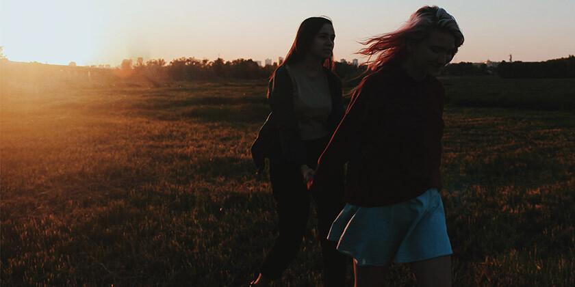 Bralka Teja potrebuje nasvet, saj se je najboljša prijateljica, odkar obiskuje razne skupine popolnoma spremenila